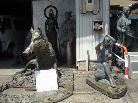 高岡市の道端のいのししと裸婦